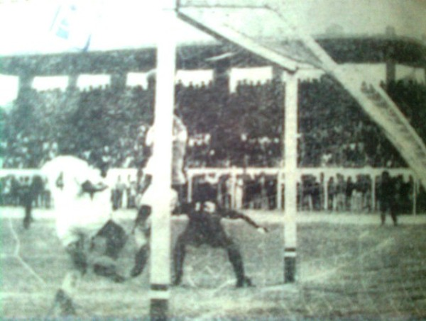 Imagen inédita del gol olímpico de Blacut en el estadio Picasso Peratta de Ica. Fue triunfo de Melgar por 0-1 ante Octavio Espinosa (Recorte: diario Correo de Arequipa)