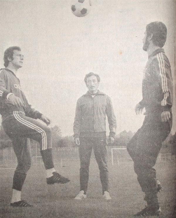 Ramiro Blacut en Bayern Munich. Quien aparece a la derecha en la foto de la práctica es Gerd Müller; el otro nadie menos que Franz Beckenbauer (Foto: onceaonce.blogspot)