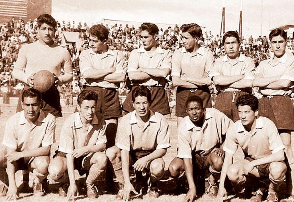Acá con los colores del Bolívar. Blacut es el segundo de los hincados de izquierda a derecha (Foto: la-razon.com)