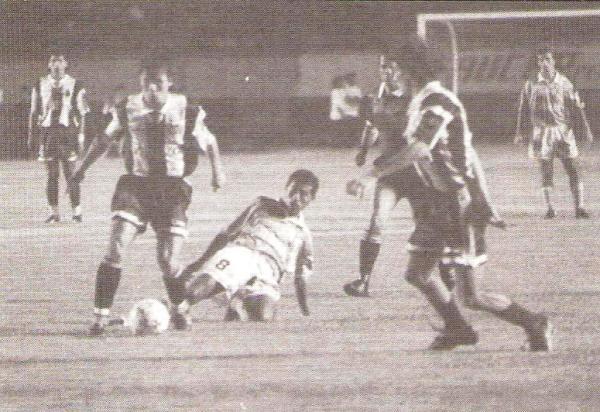 En acción con camiseta de Alianza contra Cristal en la Libertadores 1995, mientras espera un pase de Marquinho. (Foto: revista Estadio)