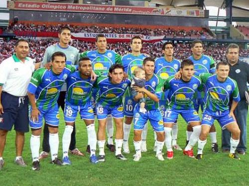 'Chito' Martínez, el primero de los hincados, con la camiseta del Llaneros, uno de los últimos equipos que defendió en su país (Foto: udlosllanos.blogspot.com)