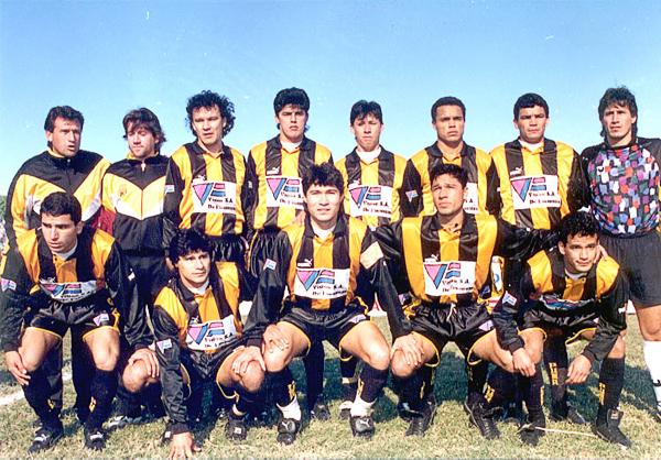 Con la camiseta aurinegra de Guaraní en 1996, Arístides Rojas es el segundo de los hincados de izquierda a derecha (Foto: clubguarani.org)