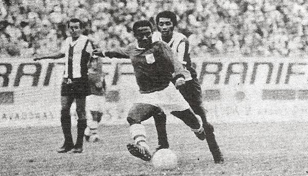 El ariete brasileño ensaya un remate con la presencia de José Velásquez en un partido contra Alianza (Recorte: revista Ovación)