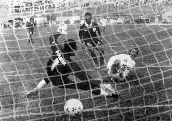 Peter Méndez anotando su gol a Defensor Lima luego de superar al portero Agapito Rodríguez (Recorte: diario El Bocón)
