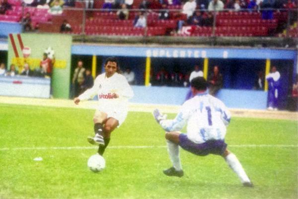Peter Méndez en el mejor partido que tuvo con Universitario, cuando ante Cienciano convirtió dos goles (Recorte: revista Estadio)