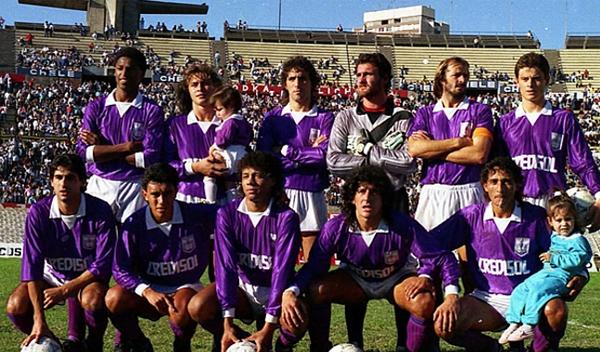 Peter Méndez, el último de los hincados, cuando en 1991 jugó en Defensor Sporting que al final de la temporada se proclamó campeón (Foto: el-area.com)