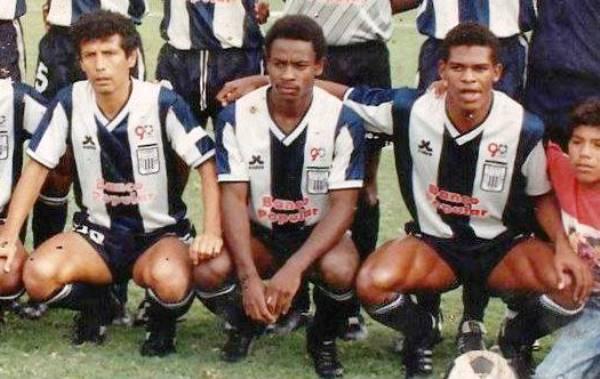 Sistema ofensivo de Alianza en 1991: Rosinaldo a la derecha de Basombrío, su socio en ataque, y el maestro César Cueto. (Foto: Facebook)