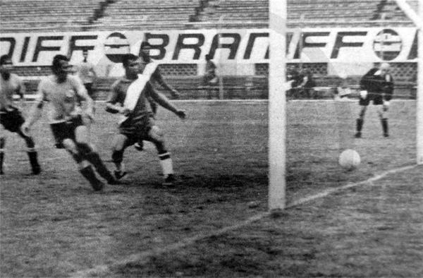 El único gol de Mesiano en el fútbol peruano, sobre el arco desguarnecido de José Gálvez (Recorte: diario La Crónica)