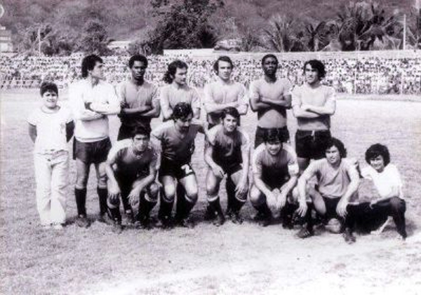 Equipo del Deportivo Cuenca de 1974, la primera temporada de José Mesiano -el cuarto de los parados desde la izquierda- en el fútbol ecuatoriano (Foto: Facebook)