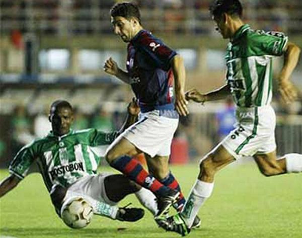 Jugando ante San Lorenzo en la Copa Sudamericnaa, Sergio Guzmán aparece a la derecha tratando de llegar a la acción de peligro (Foto: Facebook)