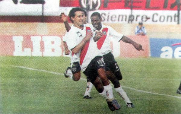 Yhoner Toro celebra junto a Renzo Sheput el gol con el que Municipal se impuso a Bolognesi en la fecha 17 del Apertura (Recorte: diario Líbero)