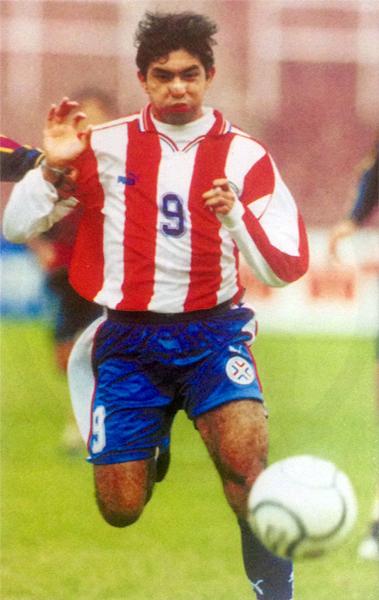 Con la selección paraguaya Sub-21 en 2001, cuando vivió el mejor momento de su carrera (Recorte: revista Conmebol)