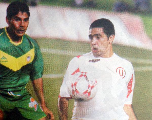 El día de su debut en el fútbol peruano con camiseta de Universitario (Recorte: diario Líbero)