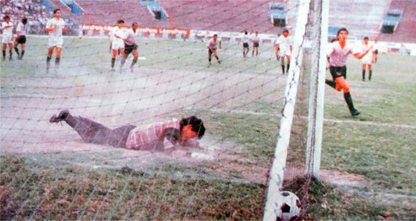 El penal con el que Marquinho le empató 3-3 a Universitario en el partido extra de 1991 (Recorte: diario El Comercio)