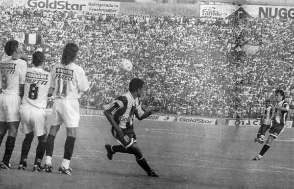El primer gol de Alianza Lima en el famoso 6-3 sobre Universitario fue mediante un tiro libre del brasileño (Recorte: diario El Bocón)