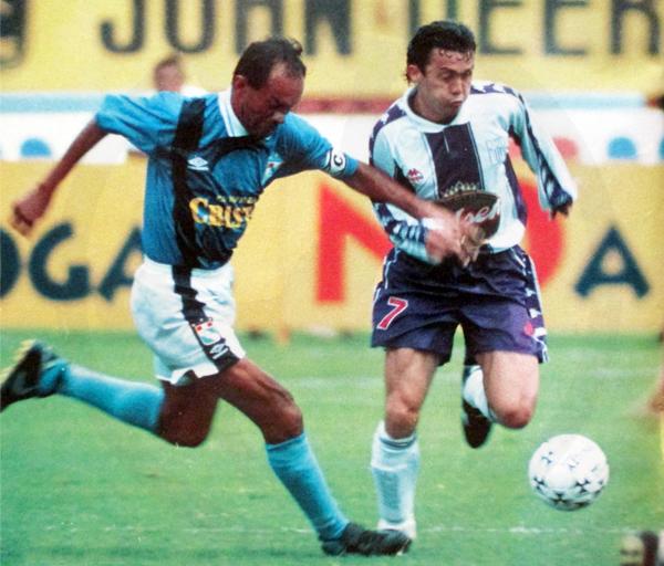 Marquinho se le escapa a Pedro Garay en uno de los intensos duelos que tuvieron Alianza Lima y Sporting Cristal en la temporada de 1997 (Recorte: revista Once)