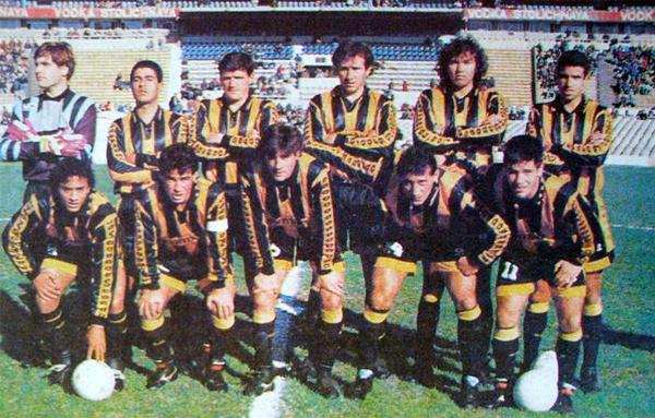 Oscar Ferro como arquero del equipo campeón de Peñarol en 1994 y con Pablo Bengoechea de capitán (Foto: anotandofutbol.com)