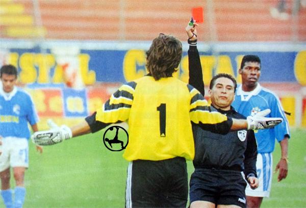 El momento de la única expulsión de Oscar Ferro en su paso por Sporting Cristal (Recorte: revista Don Balón Perú)