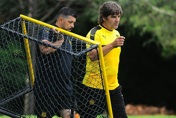 Preparar a los arqueros de Peñarol fue el paso que tomó Oscar Ferro luego de optar por el retiro (Foto: tenfield.com.uy)