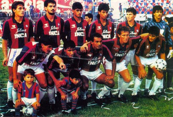 Félix Brítez -el penúltimo de los hincados desde la izquierda- vistiendo la camiseta de Cerro Porteño, la que marcó buena parte de su carrera (Foto: anotandofutbol.com)