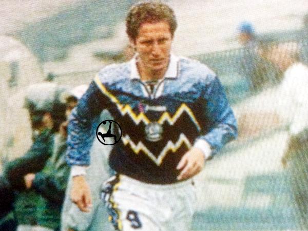 Sin éxito en lo económico o en lo deportivo, a Félix Brítez le tocó cumplir un breve paso en Deportivo Pesquero (Recorte: revista Don Balón Perú)