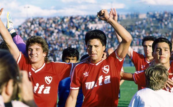 Un joven Luis Fabián Artime y Pedro Monzón celebran el título con Independiente en la temporada 1988/89 (Foto: revista El Gráfico)