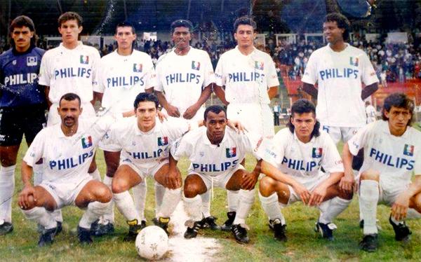 Alonso Alcíbar en Caldas Phillips durante la campaña de 1994 cuando compartió plantel con el arquero Juan Carlos Henao (Foto: botefutbol.com)