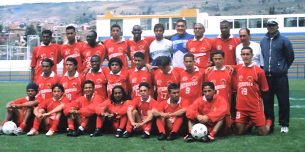 Alonso Alcíbar aparece como el primero de la fila superior del plantel de Patriotas Boyacá en 2003 (Foto: patriotasfc.com)