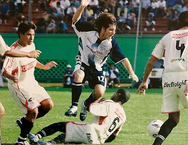 Un clásico ante Universitario le permitió a Gustavo Barros Schelotto jugar como volante central, aunque tampoco pudo destacar. (Foto: revista El Gráfico Perú)