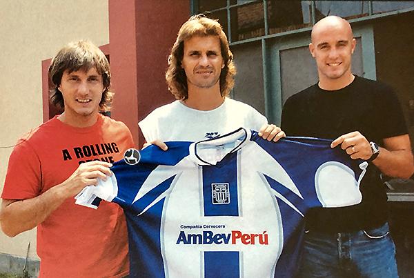Gustavo Barros Schelotto junto a Rubén Darío Insúa e Iván Furios. Poca trascendencia para los tres en Alianza Lima. (Foto: revista El Gráfico Perú)