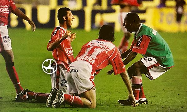 El gol más recordado de Saraz con Cienciano: el que le marcó a Boca en la Recopa Sudamericana. (Foto: revista El Gráfico Perú)