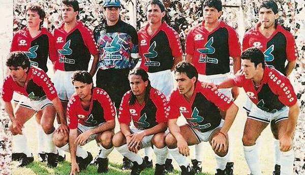 Mario Sciacqua (el último de los hincados) en la foto de Colón durante la temporada 1992. (Foto: Anotando Fútbol)