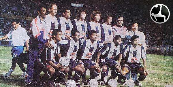 Tannucci como el cuarto de los parados en la foto del encuentro entre Alianza Lima y Universitario que abrió la participación copera de los clubes peruanos en la Libertadores 1994. (Recorte: diario Ojo, suplemento Crack)