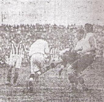Cortando un centro -de espaldas en la foto- ante el Bellavista de Uruguay, tapando para el Combinado Chalaco en un amistoso de 1930 (Foto: Atlético Chalaco, Libro del Centenario, Eugenio Hernández Carreño)