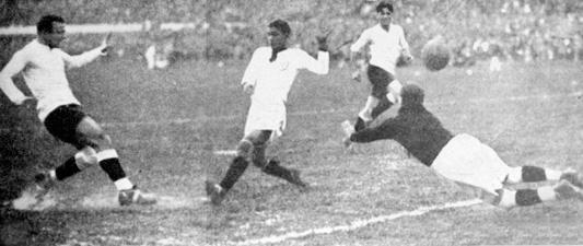 Lo único que Pardón no pudo evitar en el Centenario: el gol del 'Manco' Castro (Foto: arkivperu.com)