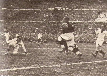 Elevándose por los aires del Centenario ante Uruguay en el Mundial del '30 (Foto: Historia del Fútbol Peruano, Vol. 3, Reco Borodi)