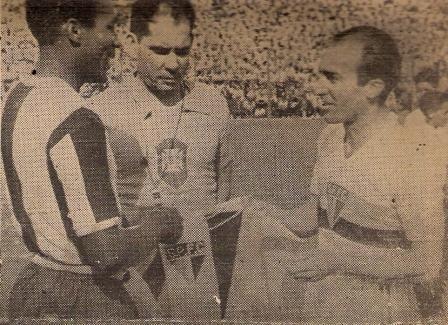 En Alianza llegó a ser capitán y se consagró como caudillo y líder. Acá en el intercambio de banderines previo a un amistoso internacional contra el Sao Paulo de Brasil (Foto: revista Sport)