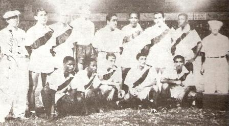 Integrando la selección peruana en el Sudamericano de 1947, en Guayaquil. Es el sexto de los parados, junto al DT José 'Patuto' Arana (Foto: libro Lolo Ídolo Eterno, Teodoro Salazar Canaval)