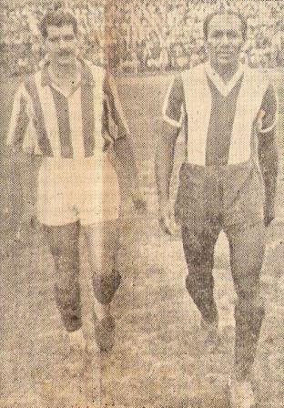 Domingo Raffo y Alejandro 'Patrullero' González, capitanes de Chalaco y Alianza, saltando al campo para un clásico entre ambos clubes en 1948 (Foto: revista Sport)