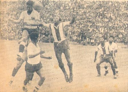 Al salto con otro grande, Valeriano López, en un Alianza - Boys de 1948 (Foto: revista Equipo)