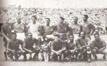 Histórica fotografía previa a un América - Deportivo Cali de 1950, clásico en el que jugaron 14 jugadores peruanos entre los dos equipos. 'Patrullero' es el penúltimo de los hincados, desde la izquierda (Foto: libro Episodios Singulares del Deporte, Teodoro Salazar Canaval)