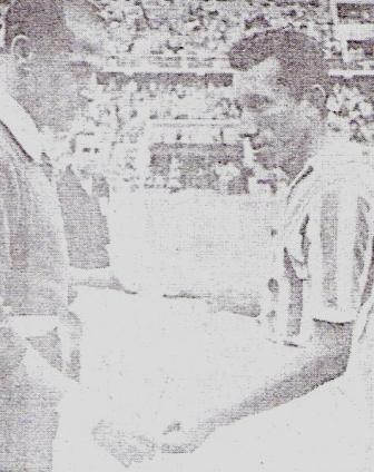 Intercambiando banderines con Rigoberto Felandro antes de un clásico porteño entre Chalaco y Boys (Foto: Libro del Centenario de Atlético Chalaco, Eugenio Hernández Carreño, p. 484)