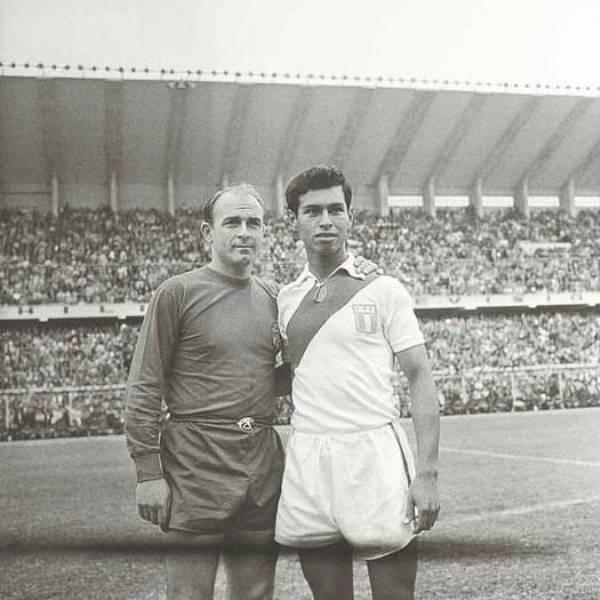 Junto a Alfredo di Stéfano antes del amistoso jugado entre Perú y España en 1963 (Foto: universitario.pe)