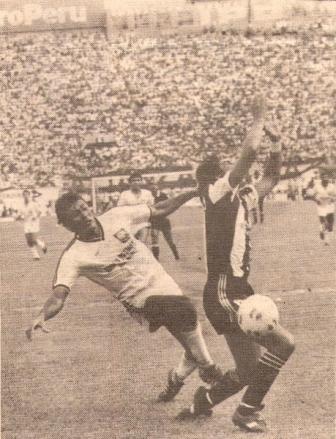 Marcando a Fidel Castro en el Alianza Atlético 1 - Alianza Lima 0 de la Liguilla del II Regional de 1990, ante un Nacional absolutamente copado (Foto: diario El Comercio, suplemento Deporte Total)