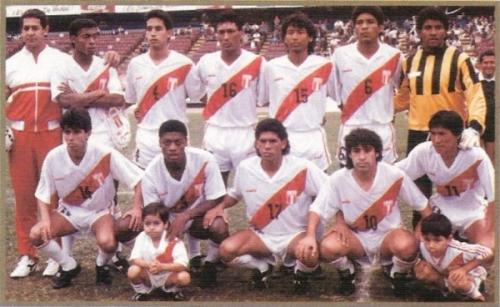 Con la selección antes de jugar frente al Melgar de Arequipa en 1991. Es el tercero de los parados desde la derecha (Foto: revista El Gráfico Perú)