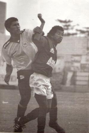 Con la rosada de Boys marcando a Freddy Torrealba en un amistoso previo a la temporada 1995 (Foto: revista Estadio)