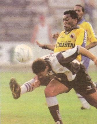 Marcando a Claudio Pizarro en 1998, con chompa de Unión Minas (Foto: diario Líbero)