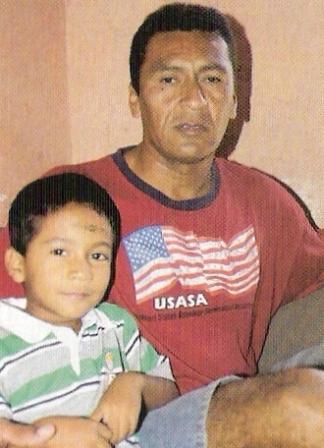 Ya retirado, con su menor hijo en la tranquilidad del hogar (Foto: revista El Gráfico Perú)