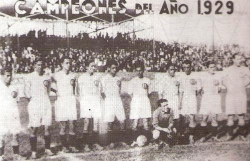 El equipo campeón de 1929, único con el que Luis de Souza Ferreira dio la vuelta olímpica. Es el cuarto de los parados desde la izquierda (Foto: libro ¡...Y dale U!, Teodoro Salazar Canaval)