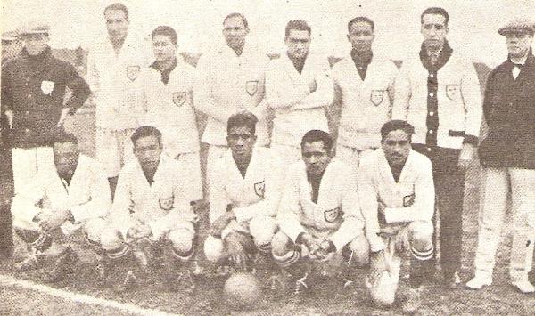 Alineación peruana que enfrentó a Rumania en el estadio de Pocitos, por el Mundial de 1930. De Souza Ferreira es el último de los hincados (Foto: Historia del Fútbol Peruano, Reco Borodi)